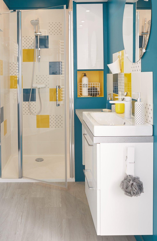 une salle de bains avec un meuble vasque gain de place. Black Bedroom Furniture Sets. Home Design Ideas
