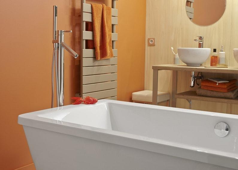 Une baignoire ilot dans une salle de bains orange leroy - Salle de bain avec baignoire ilot ...