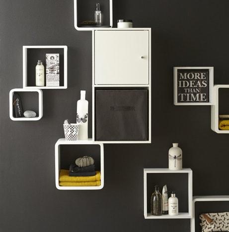 Des rangements fixés au mur pour une salle de bains moderne et optimisée