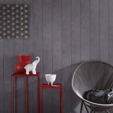 Le rouge du meuble et le gris du lambris sont assortis