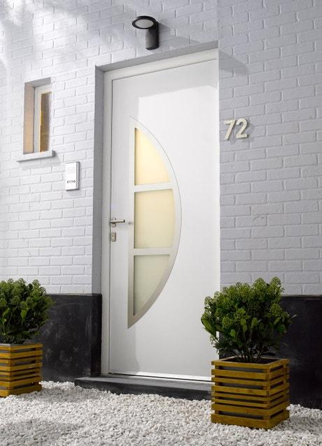 Porte d'entrée en PVC qui laisse passer la lumière