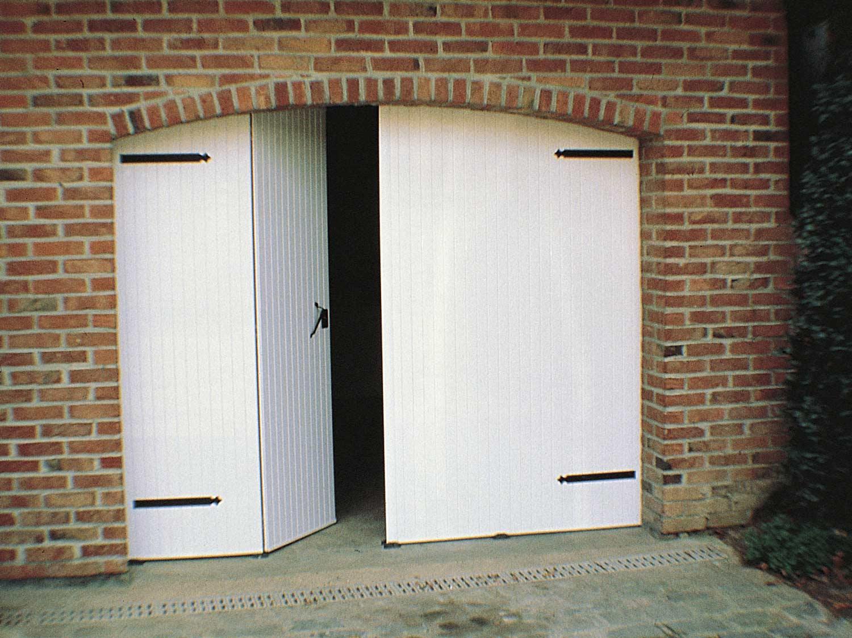 Poser une porte de garage battante