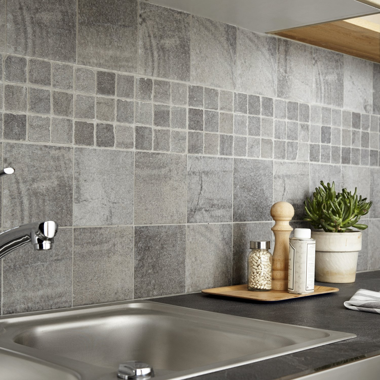 Mosaique Pour Credence Cuisine un assemblage de mosaïques et de carreaux en pierre grises