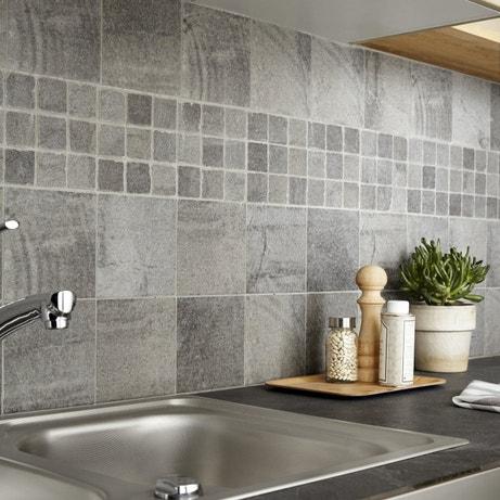 Un assemblage de mosaïques et de carreaux en pierre grises pour habiller la crédence