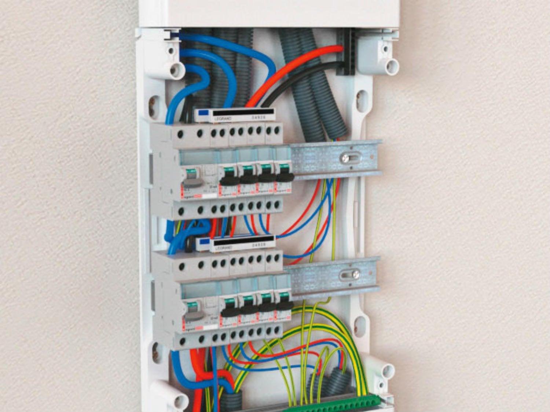 Cablage d un tableau electrique temps fait passer tous les fils et cbles dan - Comment brancher un tableau electrique ...