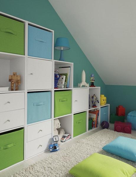 Des rangements colorés pour une chambre d'enfant