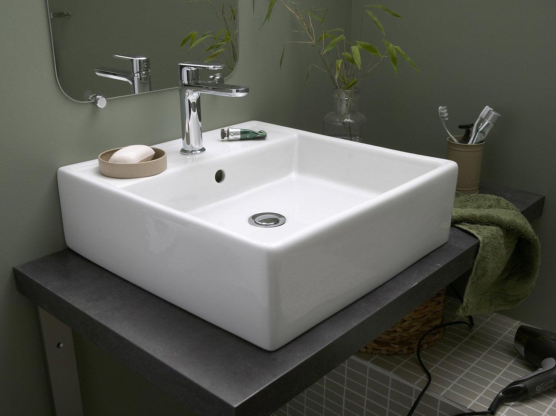 Aménager Une Salle De Bains. Installer Un Lavabo Ou Une Vasque