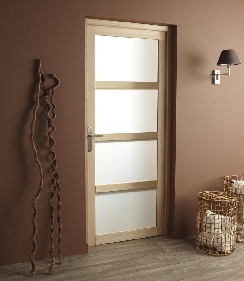 une porte en bois et en verre qui laisse passer la lumi re. Black Bedroom Furniture Sets. Home Design Ideas