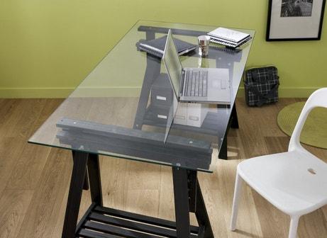 Un bureau sur trétaux et planche en verre