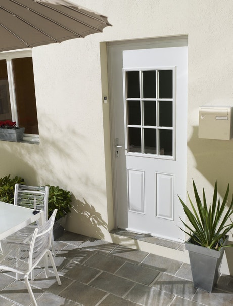 Une porte d'entrée blanche en acier