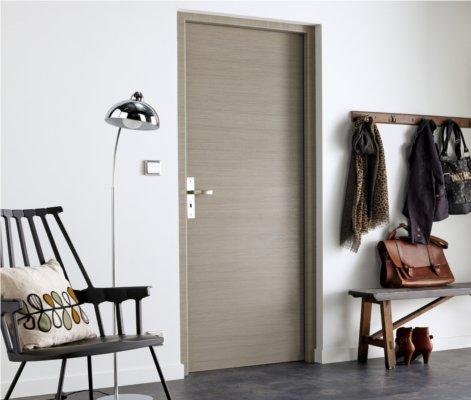 Comment choisir sa porte int rieure leroy merlin - Peindre une porte en bois deja peinte ...