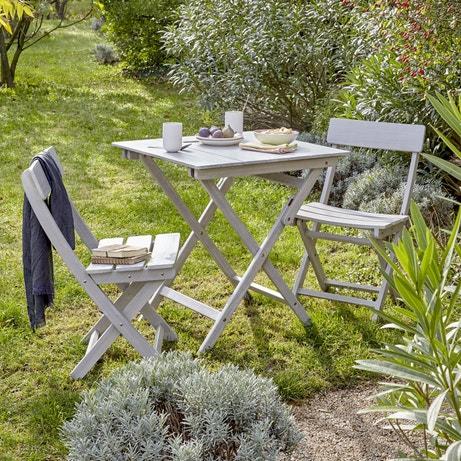 Un salon de jardin en bois gris pour prendre le petit déjeuner dehors