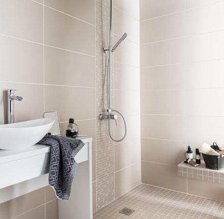 Du carrelage beige pour illuminer la salle de bains
