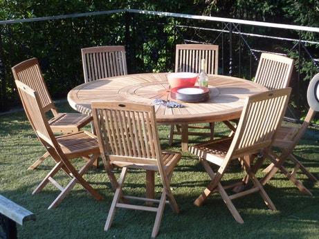 Une table de jardin ronde en bois