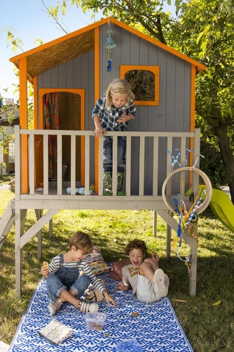 Un tapis et une maisonnette pour une zone réservée aux enfants
