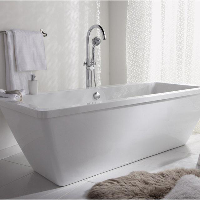 Une baignoire ilot dans une salle de bains orange | Leroy Merlin