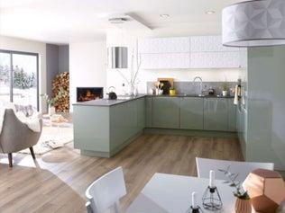 Une cuisine spacieuse, ouverte en U