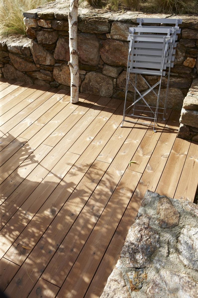 Des planches bois pin pour composer votre terrasse leroy - Planche de bois pour terrasse ...