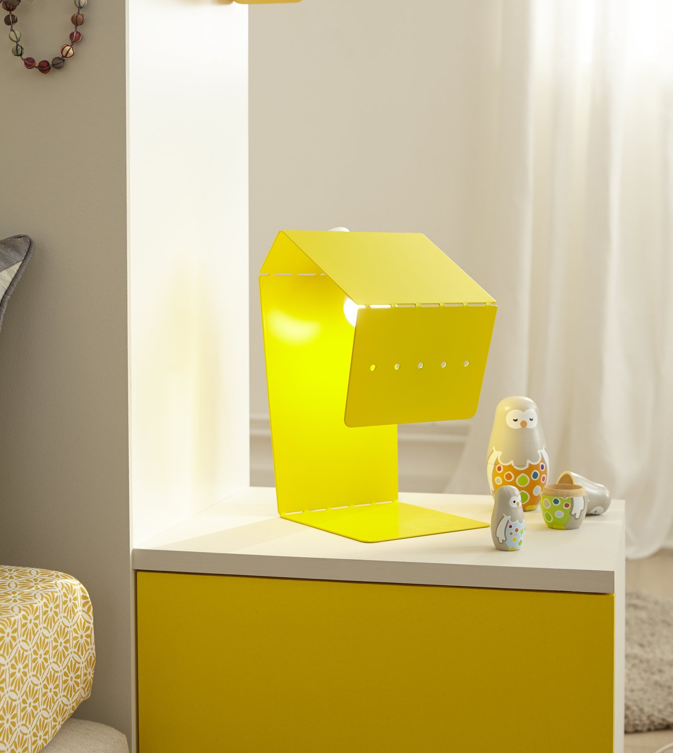 une lampe de chevet jaune contemporaine pour la chambre. Black Bedroom Furniture Sets. Home Design Ideas