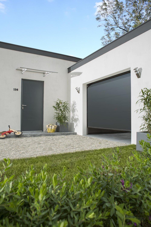 Une porte d 39 entr e et une porte de garage coordonn es leroy merlin - Porte de garage et porte d entree ...