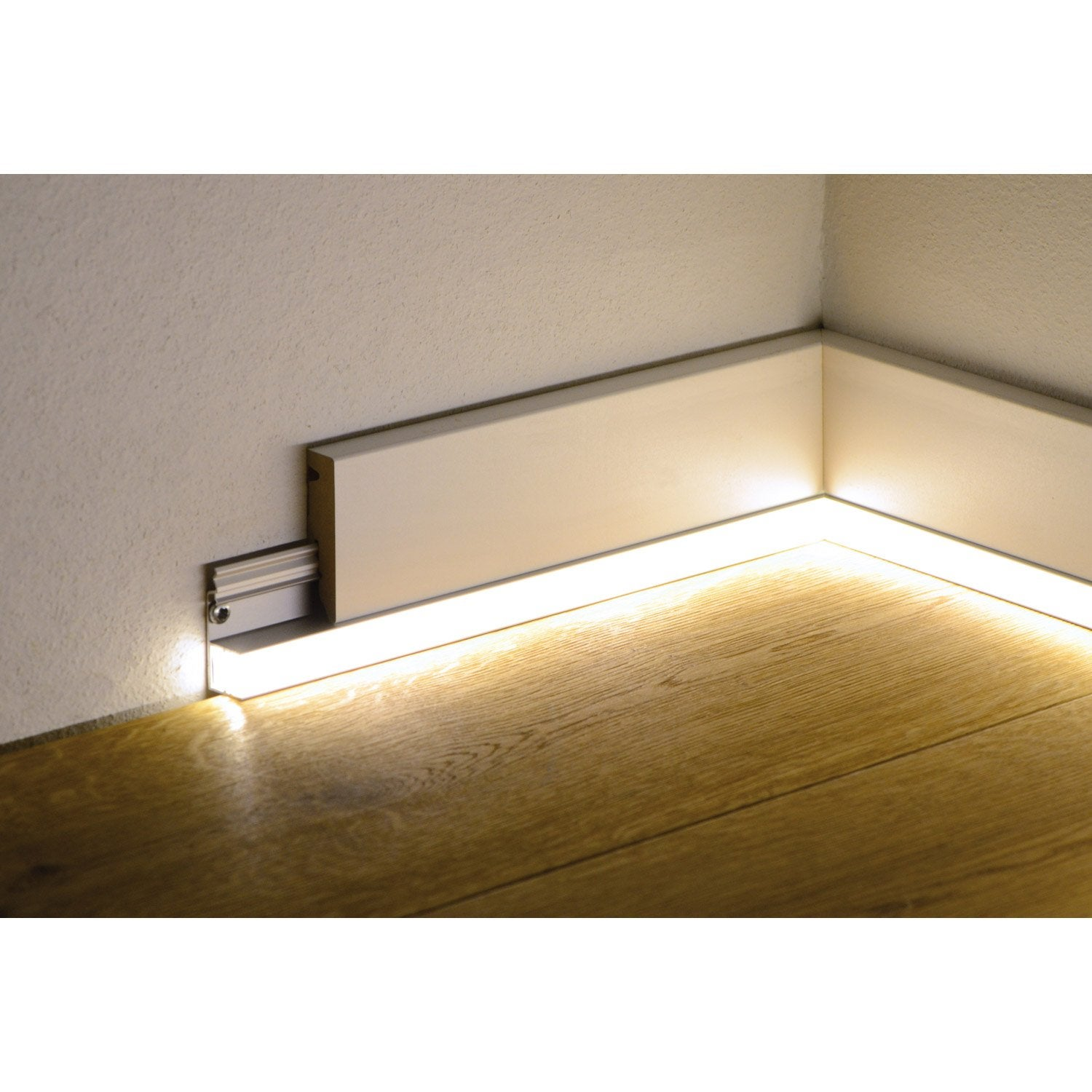 rail pvc pour plinthe led l leroy merlin. Black Bedroom Furniture Sets. Home Design Ideas
