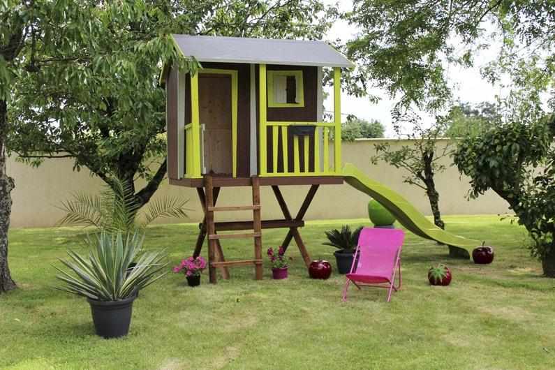 un maisonnette en bois pour les enfants avec un toboggan. Black Bedroom Furniture Sets. Home Design Ideas