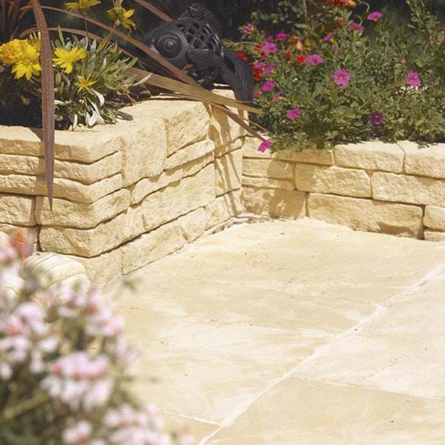 Un muret en pierre avec des plantes dans le jardin leroy - Petit muret en pierre pour jardin ...