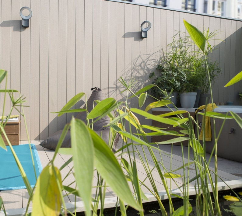 Une terrasse moderne pour profiter du jardin