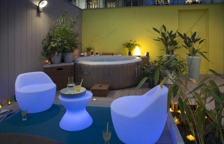 Jardin de nuit avec spa et salon de jardin lumineux
