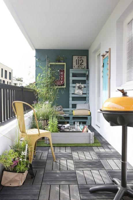 Un balcon bien aménagé avec des dalles en composites clipsables grises