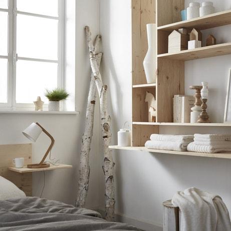 Des étagères en bois naturel pour donner de la chaleur au mur