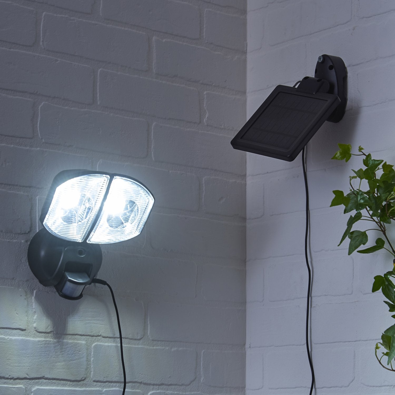 le solaire illumine votre jardin leroy merlin. Black Bedroom Furniture Sets. Home Design Ideas