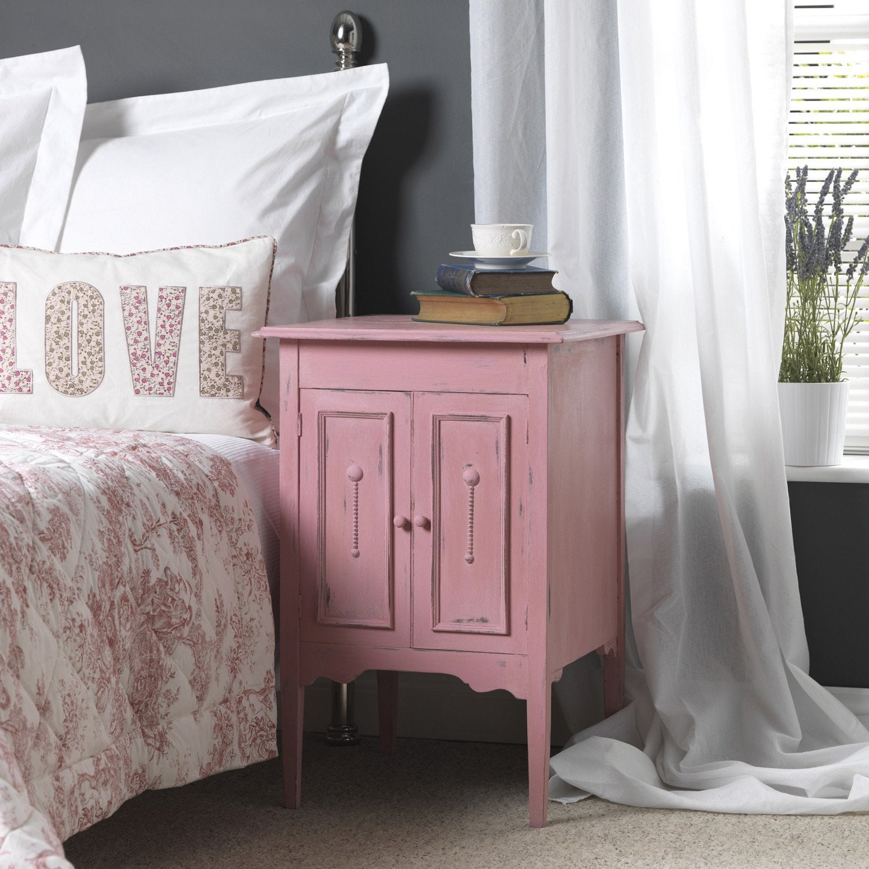 Une peinture rose effet poudré pour cette table de chevet   Leroy Merlin