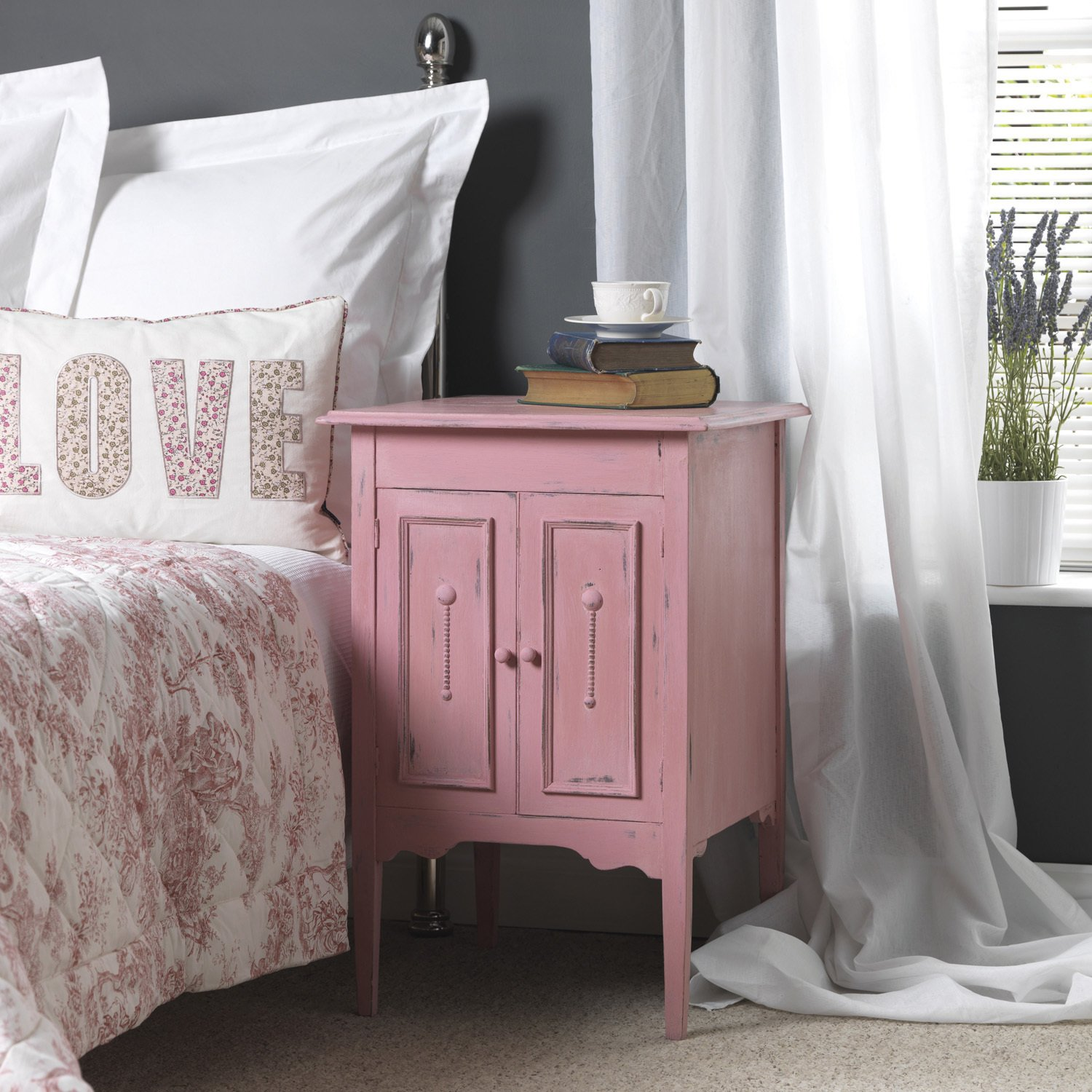 une peinture rose effet poudr pour cette table de chevet. Black Bedroom Furniture Sets. Home Design Ideas