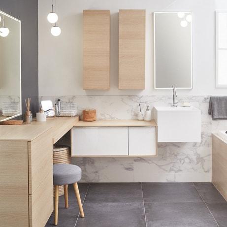 Une salle de bains bien répartie entre la vasque et le rangement