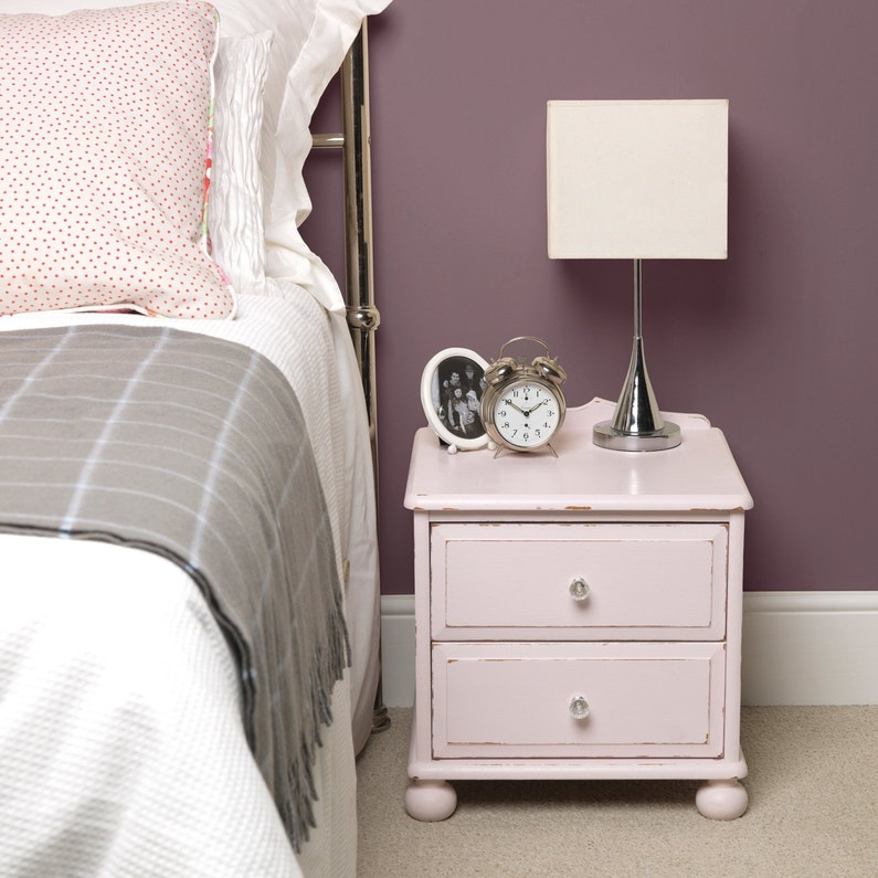 une table de chevet repeinte en rose chin leroy merlin. Black Bedroom Furniture Sets. Home Design Ideas