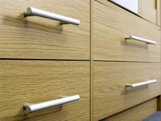 Poser des poignées ou boutons de meuble