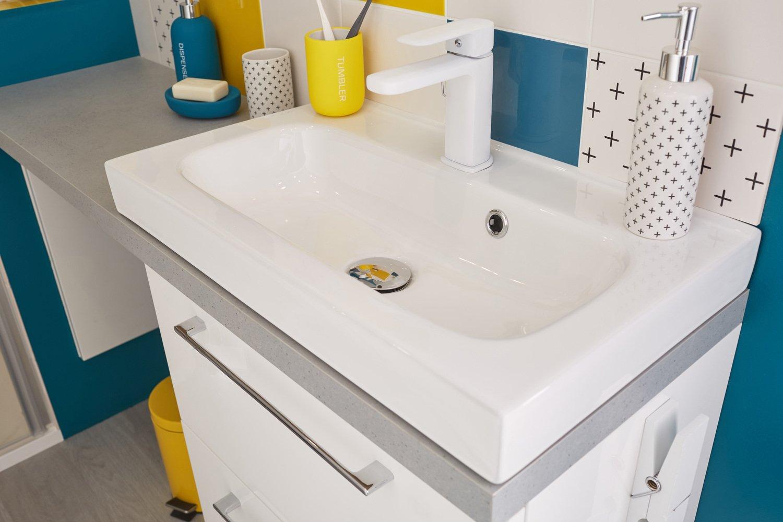 Une vasque à poser dans une salle de bains aux couleurs vitaminées ...