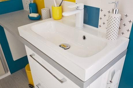 Une vasque à poser dans une salle de bains aux couleurs vitaminées