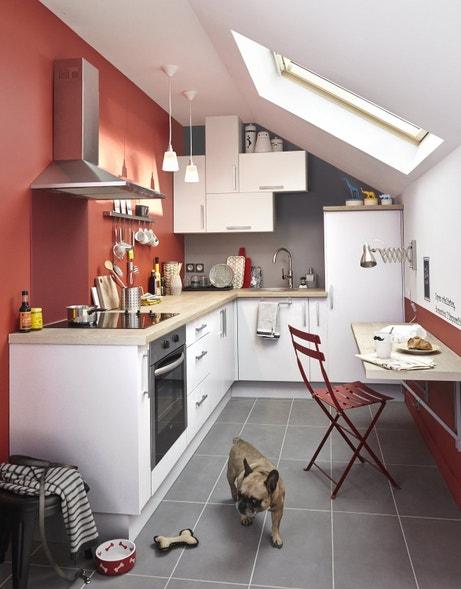 Une cuisine en L sous les combles, on optimise la place