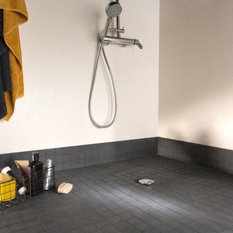 Un mosaïque en pierre noire pour une douche à l'italienne tendance