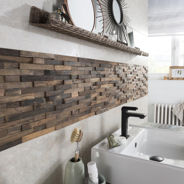 Des petites lattes de bois marron pour créer un une crédence originale dans la salle de bains ...