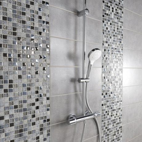 De la mosaique dans les nuances de gris pour sublimer la douche