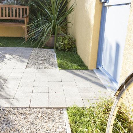 Recouvrir la terrasse de pavés en béton gris