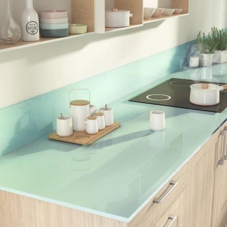 Une cuisine toute en naturel avec un plan de travail en verre bleu pastel