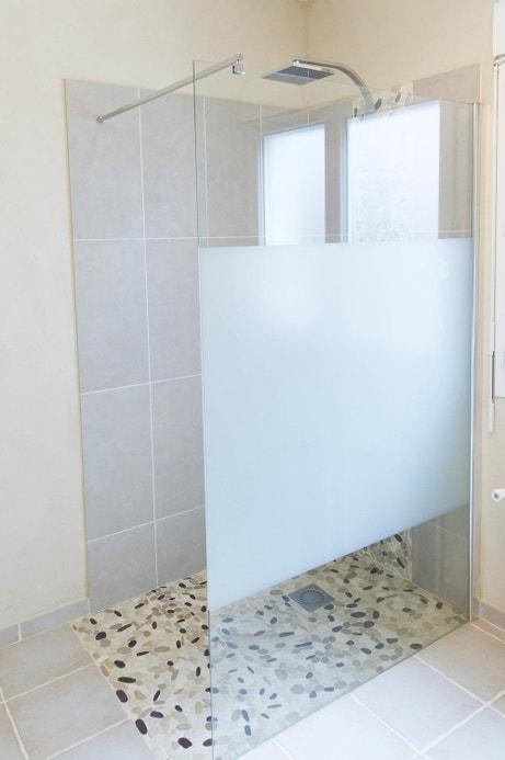 Une douche à l'italienne au carrelage minéral