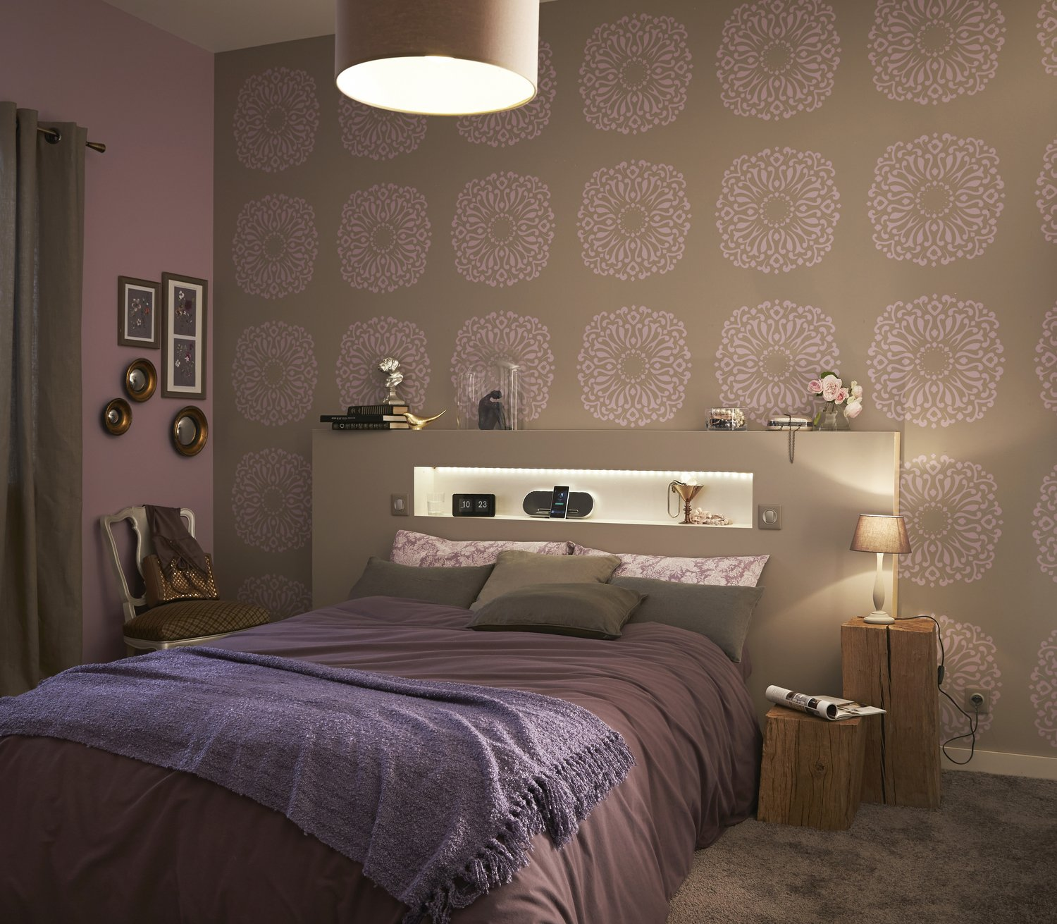une chambre romantique et design aux tons taupe et parme leroy merlin. Black Bedroom Furniture Sets. Home Design Ideas