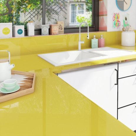 Un plan de travail de cuisine en verre jaune sur mesure