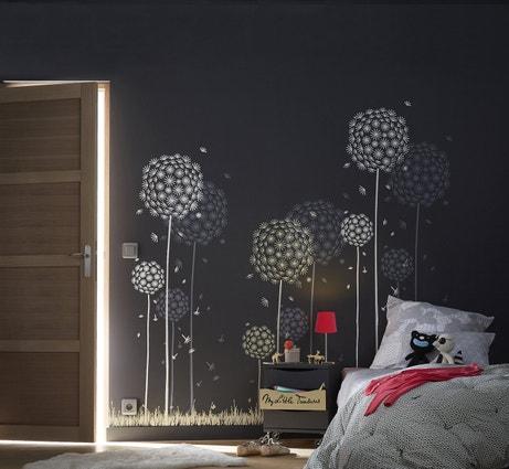 Décorez le mur de la chambre avec un pochoir pissenlit blanc sur fond ardoise
