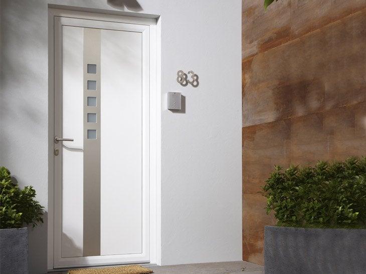 La porte d'entrée Aurora présente un style épuré, avec un mix matière réussi. Elle se décline en plusieurs coloris et en finition mate ou sablée.